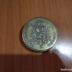 Libros de segunda mano: LIBRO-MEDALLA, MINIATURA CONSTITUCIÓN ESPAÑOLA 1978, EN CAJA POLVERA DE LATÓN,ESCUDO Y PERGAMINO. Lote 131104096