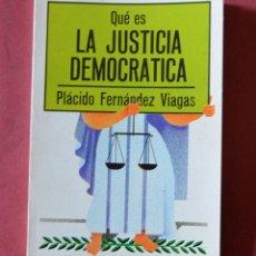 Libros de segunda mano: QUE ES LA JUSTICIA DEMOCRATICA - PLÁCIDO FERNÁNDEZ VIAGAS - EDITORIAL LA GAYA CIENCIA -1977. Lote 136377950