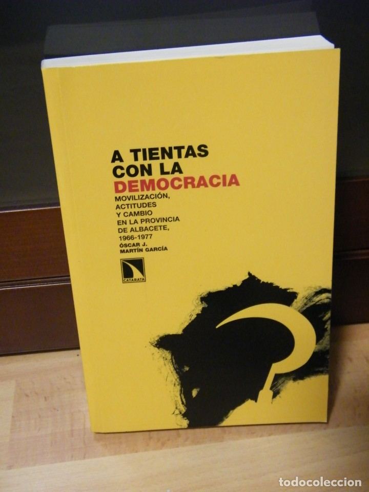 A TIENTAS CON LA DEMOCRACIA - ÓSCAR J. MARTÍN GARCÍA - EDITORIAL CATARATA - MADRID (2008) (Libros de Segunda Mano - Pensamiento - Política)
