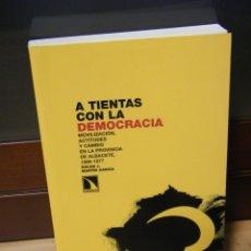 Libros de segunda mano: A TIENTAS CON LA DEMOCRACIA - ÓSCAR J. MARTÍN GARCÍA - EDITORIAL CATARATA - MADRID (2008). Lote 150156214