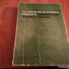 Libros de segunda mano: EL LUGAR DE LA CIENCIA POLÍTICA POR RODRIGO FERNÁNDEZ CARVAJAL AÑOS 80. Lote 182896131