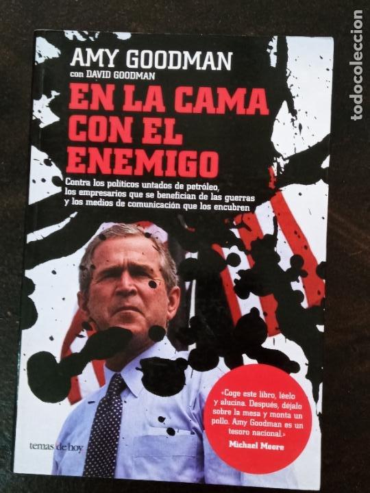 AMY GOODMAN: EN LA CAMA CON EL ENEMIGO (Libros de Segunda Mano - Pensamiento - Política)