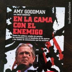 Libros de segunda mano: AMY GOODMAN: EN LA CAMA CON EL ENEMIGO. Lote 206970557