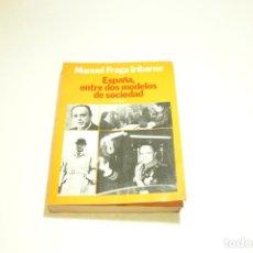 Libros de segunda mano: ESPAÑA ENTRE DOS MODELOS DE SOCIEDADES. MANUEL FRAGA IRIBARNE. FIRMADO Y DEDICADO. 1982.. Lote 209417908