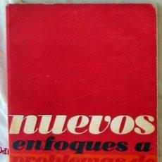 Libros de segunda mano: NUEVOS ENFOQUES A PROBLEMAS DE HOY - SANTIAGO CARRILLO - ED. SOCIALES 1967 - VER DESCRIPCIÓN. Lote 295002653