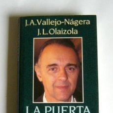 Libros de segunda mano: LA PUERTA DE LA ESPERANZA - JUAN ANTONIO VALLEJO-NAGERA Y JOSE LUIS OLAIZOLA. Lote 26737845