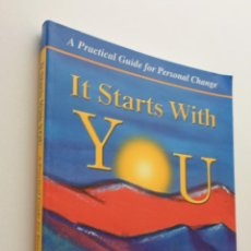 Libros de segunda mano: IT STARTS WITH YOU LIFE IS TOO SHORT FOR EXCUSES SO MAKE IT HAPPEN NOW - WILCOX. Lote 151839104