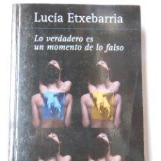 Libros de segunda mano: LO VERDADERO ES UN MOMENTO DE LO FALSO. ETXEBARRIA LUCÍA. 2011. Lote 195444041