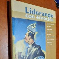 Libros de segunda mano: LIDERANDO CON EMOCIÓN. ANDRÉS FERNÁNDEZ Y OTROS. TAPA DURA. BUEN ESTADO. Lote 237203545