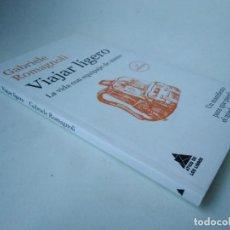 Libros de segunda mano: GABRIELE ROMAGNOLI. VIAJAR LIGERO. LA VIDA CON EQUIPAJE DE MANO. Lote 254054100