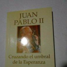 Libros de segunda mano: JUAN PABLO II - CRUZANDO EL UMBRAL DE LA ESPERANZA - PLAZA & JANES - 1995. Lote 98653343