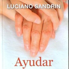 Libros de segunda mano: LUCIANO SANDRIN : AYUDAR A LOS DEMÁS (SAL TERRAE, 2014) . Lote 132666634