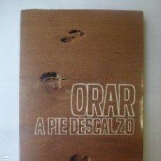 Libros de segunda mano: ORAR A PIE DESCALZO. EMILIO L. MAZARIEGOS. ANTONIO BOTANA.. Lote 165466154