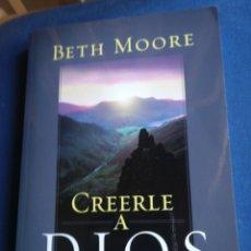 Libros de segunda mano: CREERLE A DIOS CÓMO VIVIR POR FE EN SU PALABRA BETH MOORE 2004. Lote 194861476