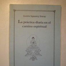 Libros de segunda mano: LA PRÁCTICA DIARIA EN EL CAMINO ESPIRITUAL - GUESHE NGAWANG SHERAP - ENTORNO DE PAZ ALMERÍA 1998. Lote 227776885