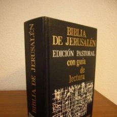 Livros em segunda mão: BIBLIA DE JERUSALÉN. EDICIÓN PASTORAL CON GUÍA DE LECTURA (DESCLÉE DE BROUWER, 1985) MUY BUEN ESTADO. Lote 240058410