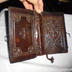 Libros de segunda mano: FUNDA DE CUERO REPUJADO PARA LIBRO RELIGIOSO.LEER DESCRIPCION Y FOTOS. Lote 277833718