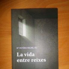 Libros de segunda mano: LA VIDA ENTRE REIXES - Mª VICTORIA MOLINS GOMILA - DISPONGO DE MAS LIBROS. Lote 285042903