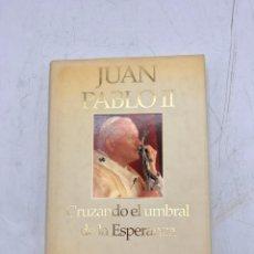 Libros de segunda mano: JUAN PABLO II. CRUZANDO EL UMBRAL DE LA ESPERANZA. PLAZA & JANES EDITORES. 1ª ED. BARCELONA, 1944.. Lote 290194823