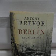 Libros de segunda mano: BERLÍN - LA CAIDA 1945 - ANTONY BEEVOR - CRITICA EDITORIAL 2012 / ILUSTRADO FOTOS. Lote 176460005