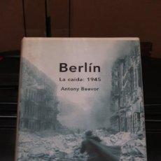 Libros de segunda mano: BERLÍN LA CAIDA 1945 ANTONY BEEVOR MEMORIA CRÍTICA. Lote 243636285