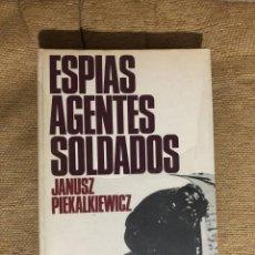 Libros de segunda mano: JANUSZ IEKALKIEWICZ ESPIAS AGENTES SOLDADOS. 1ª EDICIÓN 1972.. Lote 287604608
