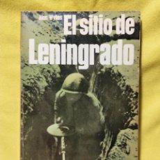 Libros de segunda mano: EL SITIO DE LENINGRADO - ALAN WYKES - EDITORIAL SAN MARTÍN 1975. Lote 295527278