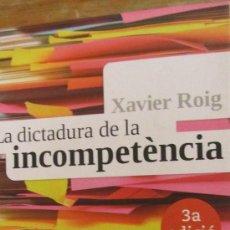 Libros de segunda mano: LA DICTADURA DE LA INCOMPETÈNCIA DE XAVIER ROIG (LA CAMPANA). Lote 36356607