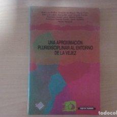 Libros de segunda mano: UNA APROXIMACIÓN PLURIDISCIPLINAR AL ENTORNO DE LA VEJEZ. Lote 113220707