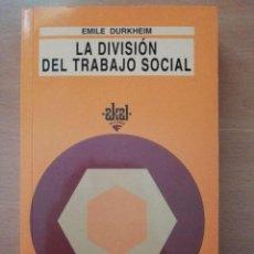 Libros de segunda mano: LA DIVISIÓN DEL TRABAJO SOCIAL. EMILE DURKHEIM. AKAL.. Lote 127128331