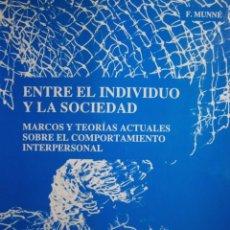 Libros de segunda mano: ENTRE EL INDIVIDUO Y LA SOCIEDAD MARCOS Y TEORIAS ACTUALES SOBRE EL COMPORTAMIENTO INTERPERSONAL. Lote 171835493