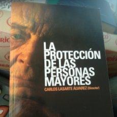 Libros de segunda mano: LA PROTECCIÓN DE LAS PERSONAS MAYORES CARLOS LASARTE ÁLVAREZ TECNOS, 2007.DEDICADO. Lote 175657163