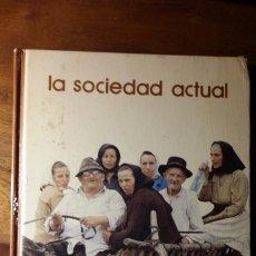 Libros de segunda mano: LA SOCIEDAD ACTUAL 1975 BIBLIOTECA SALVAT DE GRANDES TEMAS. Lote 177678032