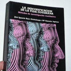 Libros de segunda mano: LA DESCODIFICACIÓN DE LA VIDA COTIDIANA. MÉTODOS DE INVESTIGACIÓN CUALITATIVA - RUIZ OLABUENAGA. Lote 190621486