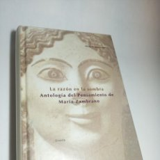 Libros de segunda mano: LA RAZÓN EN LA SOMBRA. ANTOLOGÍA DEL PENSAMIENTO DE MARÍA ZAMBRANO. SIRUELA. FIRMADO. 1993. Lote 218097173