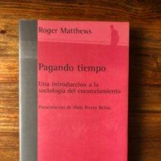 Libros de segunda mano: PAGANDO TIEMPO. UNA INTRODUCCIÓN A LA SOCIOLOGIA DEL ENCARCELAMIENTO. ROGER MATTEWS. CÁRCELES. Lote 256057555