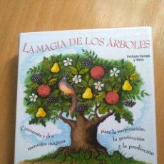 Libros de segunda mano: LA MAGIA DE LOS ÁRBOLES. GILLIAM KEMP. ESTUCHE DE CARTÓN CON LIBRO Y BARAJA. Lote 210270427