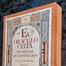 Livres d'occasion: EL ORACULO CELTA - UN SISTEMA DE ADIVINACIÓN - COMPLETO - EN CAJA DE MADERA - BARAJA - MURRAY. Lote 226291770
