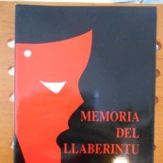 Libros de segunda mano: MEMORIA DEL LLABERINTU. ELADIO DE PABLO. MAZCARA. (COLEICION DE TEATRU) 3. RUSTICA CON SOLAPA. 75 PA. Lote 219975033