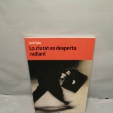 Libros de segunda mano: LA CIUTAT ES DESPERTA RADIANT (PRIMERA EDICIÓ). Lote 238051805