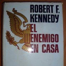 Libros de segunda mano: LIBRO DE ROBERT F. KENNEDY- EL ENEMIGO EN CASA PLAZA & JANÉS 1ª EDICIÓN 1968 . Lote 26669992