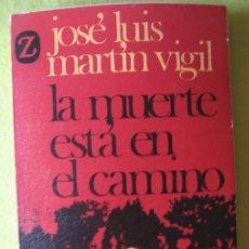 Libros de segunda mano: LA MUERTE ESTÁ EN CAMINO _ JOSÉ LUIS MARTÍN VIGIL. Lote 59881911