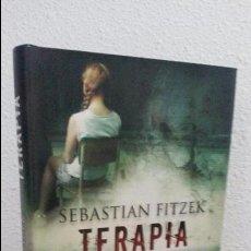 Libros de segunda mano: SEBASTIAN FITZEK. TERAPIA. EDICIONES B PRIMERA EDICION TAPA DURA CON SOBRECUBIERTA 2008.. Lote 75526511