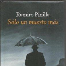 Libros de segunda mano: RAMIRO PINILLA. SOLO UN MUERTO MAS. CIRCULO DE LECTORES. Lote 143817344