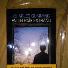 Libros de segunda mano: CHARLES CUMMING EN UN PAIS EXTRAÑO FIRMADO Y DEDICADO POR EL AUTOR NUEVO SALAMANDRA M16. Lote 103091091