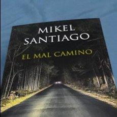 Libros de segunda mano: EL MAL CAMINO MIKEL SANTIAGO EDICIONES B (B MAXI)2017. Lote 110420483