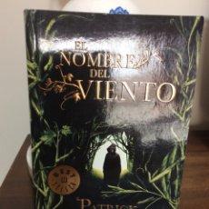Libros de segunda mano: EL NOMBRE DEL VIENTO. PATRÍCK ROTHFUSS. DEBOLSILLO 2012. Lote 126709407