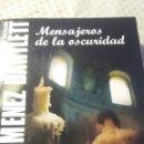 Libros de segunda mano: MENSAJEROS DE LA OSCURIDAD DE ALICIA GIMÉNEZ BARTLETT. Lote 127819318