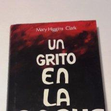 Libros de segunda mano: UN GRITO EN LA NOCHE - MARY HIGGINS CLARK - 1991. Lote 130129203