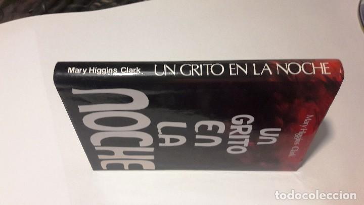Libros de segunda mano: UN GRITO EN LA NOCHE - MARY HIGGINS CLARK - 1991 - Foto 2 - 130129203